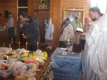 отец Алексей Подлосинский освящает плоды на Преображение. Слюдянка