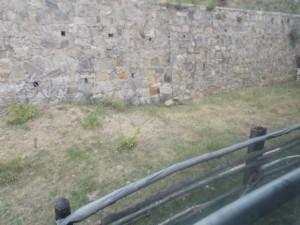 38 в защищающей стене отверстия для стока воды