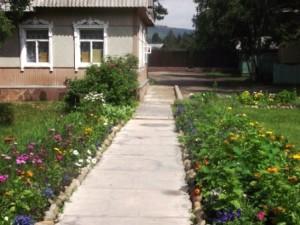 86 территория Листвянского Свято-Никольского храма красива